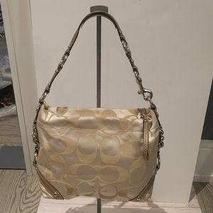 🌸🍀 Beautiful shoulder bag by Coach 🌸